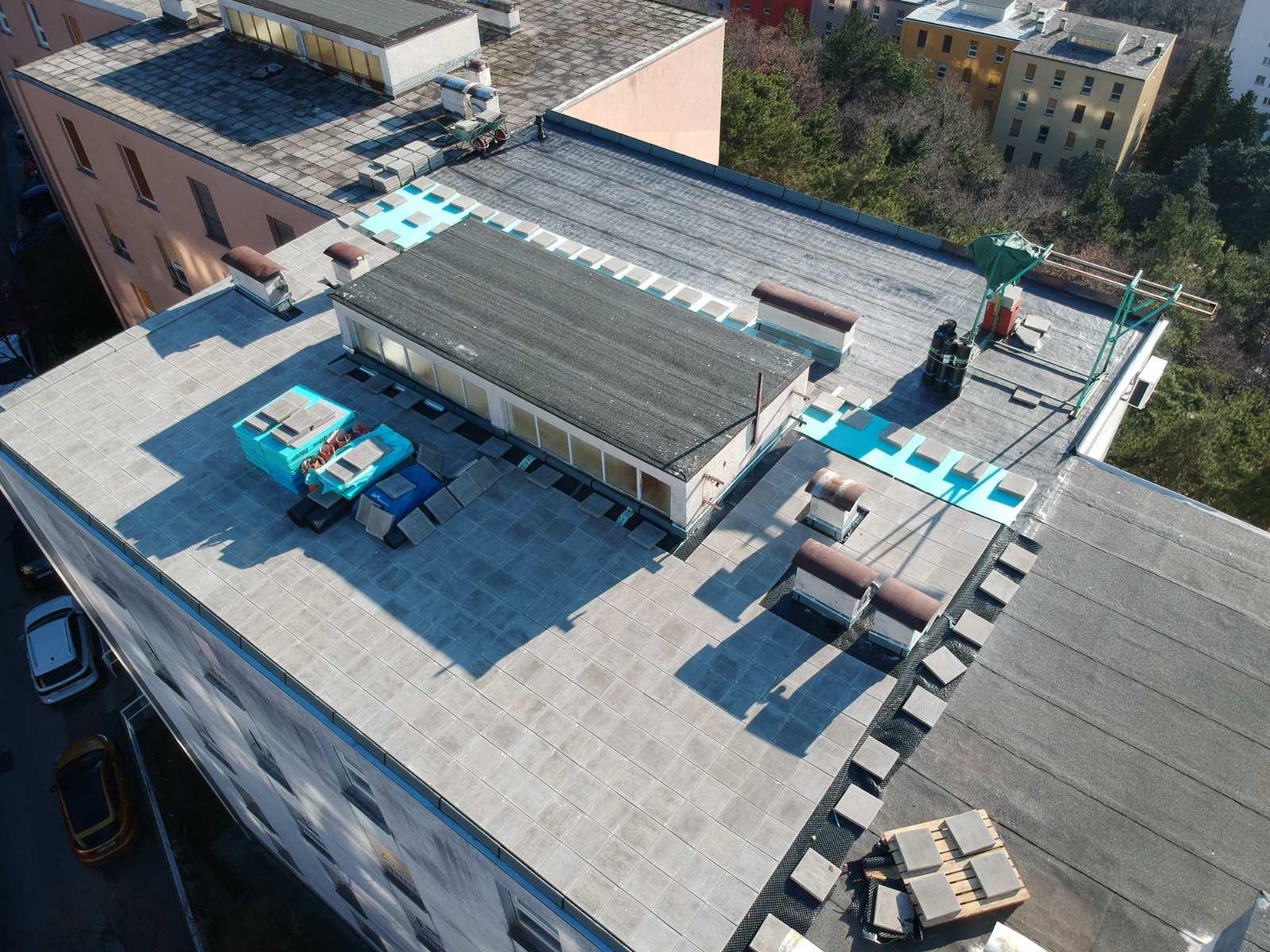 U tijeku je obnova ravnog krova na adresi Ratka Petrovića 62 u Rijeci (stambeni niz D-5, Gornja Vežica)