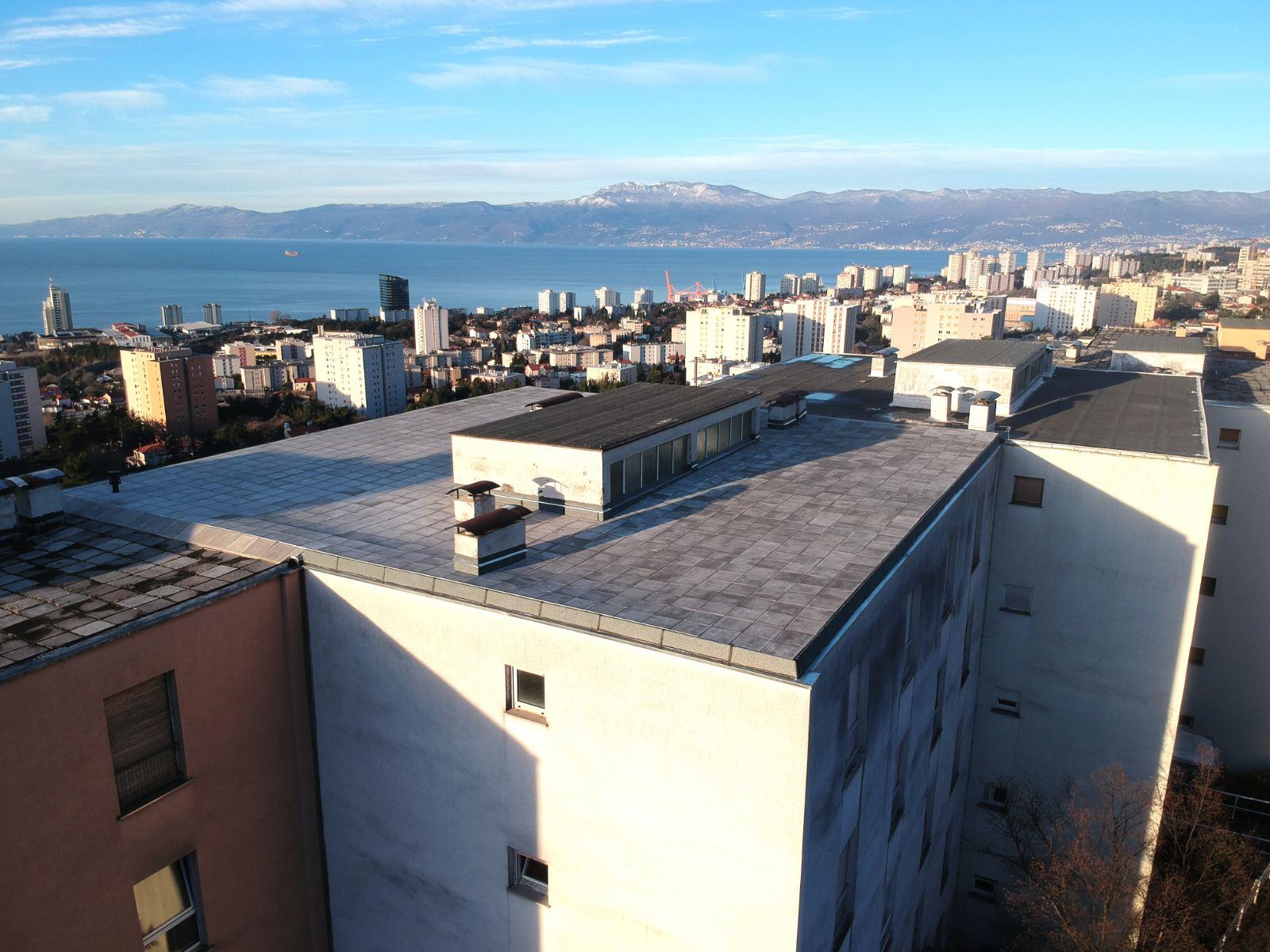Završena je obnova krova na adresi Ratka Petrovića 62 u Rijeci (stambeni niz D-5, Gornja Vežica)