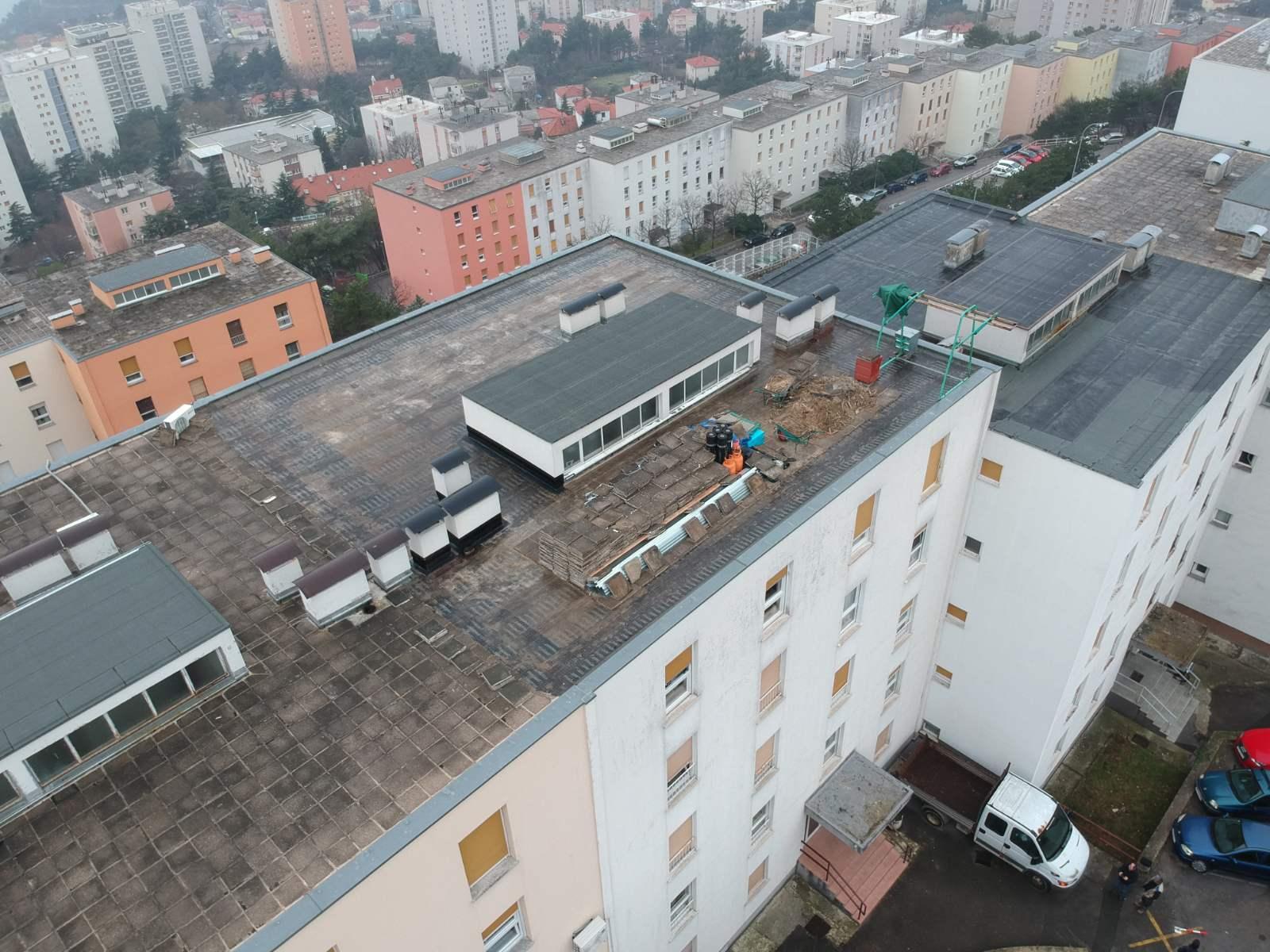 U tijeku je obnova krova na adresi Ratka Petrovića 35 u Rijeci (stambeni niz D-4, Gornja Vežica)