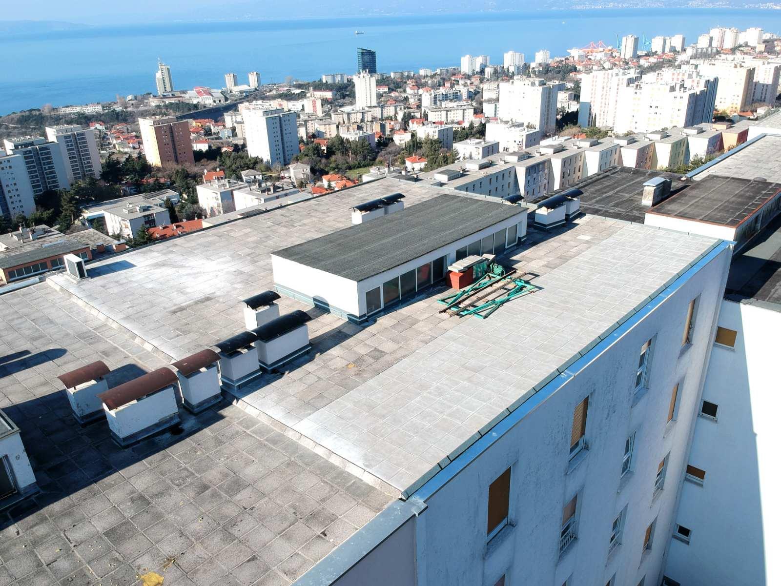 Završena je obnova ravnog krova na adresi Ratka Petrovića 35 u Rijeci (stambeni niz D-4, Gornja Vežica)